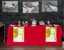 Expositor con trofeos e información sobre la feria