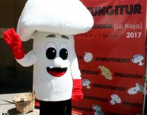 Mascota- Fungi junto al Photocall