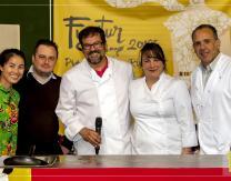 Cocineros asiáticos y venezolanos al finalizar el Show Cooking