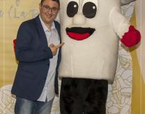 Jesús Arriet con la Mascota-Fungi