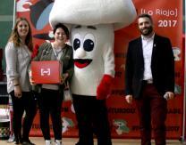 """Ganadora del sorteo popular """"Fin de Feria"""": lote de producto de conserva, entradas para visitar La Rioja Tierra Abierta, y comida en un restaurante"""