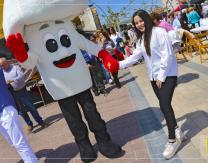 Mascota- Fungi saludando en la Feria Intercultural