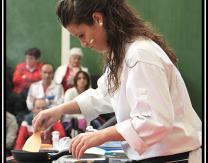 Beatriz Ezquerro Díez friendo alcachofas empanadas, ingrediente clave en su ensalada templada