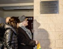 Emiliano Guridi descubriendo la placa en su honor, a la entrada del Frontón Municipal