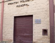 Placa en honor a Emiliano Guridi, a la entrada principal del Frontón Municipal