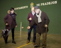 Emiliano Guridi, jugando con una pelota en el interior del Frontón Municipal