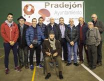 Emiliano Guridi junto a autoridades municipales y autoridades pelotazales