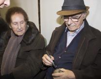Emiliano Guridi, junto a su esposa, firmando una pelota