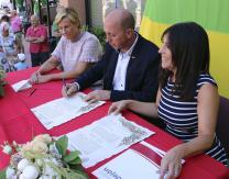 Firma del acta de hermanamiento por el Alcalde de Pradejón, Oscar León