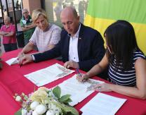 Firma del acta de hermanamiento por la Alcaldesa de Villanueva de la Jara, Mercedes Herreras