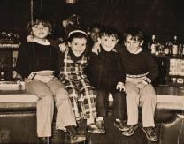 Niños sobre la barra del Corpe
