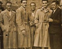 Jóvenes de domingo frente a la iglesia